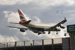 boeing jumbo jet about to land at heathrow